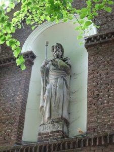 Een beeld van Jacobus, die moet een echte pelgrim natuurlijk op de foto zetten. bij kerk in Haarlemmerliede.