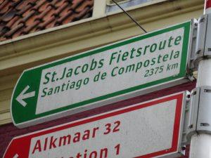 Santiago de Compostela nog 2375km vanaf dit bord in Haarlem, dus voorlopig hoef ik me nog niet te vervelen.