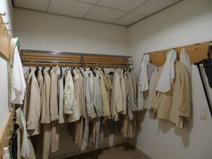 zo ziet een kapstok er uit in een klooster! lastig zoeken naar je eigen jas!