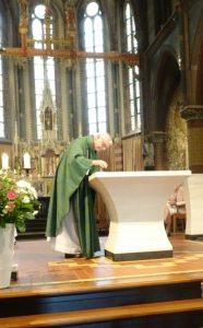 Pastoor Visser zet hier de eerste stempel in mijn pelgrimspaspoort in de Bonifacius kerk te Alphen aan den Rijn.