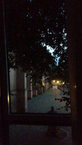 het uitzicht vanuit mijn slaapkamerraam, de kerk links is de Jacobuskerk.