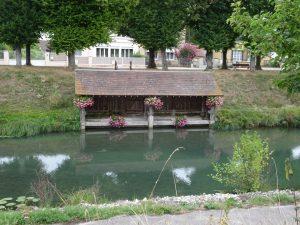 Mery-sur-Seine kanaal naar Troyes, bloemen bij een overdekte vissteiger