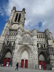 Mery-sur-Seine naar Troyes, troyes kerk buiten