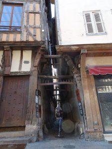 Mery-sur-Seine naar Troyes, troyes vakwerkhuis  katten straatje