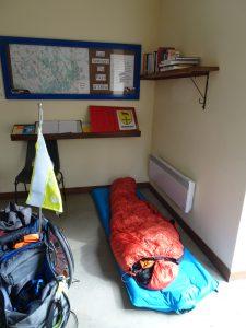 Troyes naar Sommeval, pelgrimsherberg binnen, mijn luchtbed en slaapzak