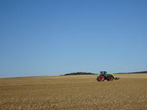 Sommeval naar Flogny-la-chapelle tractor boeren akkers