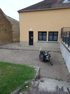 Sommeval naar Flogny-la-chapelle pelgrimsherberg buiten, ingang trap