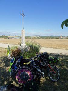 Chablis naar Accolay  pauze, wegkruis rolstoel