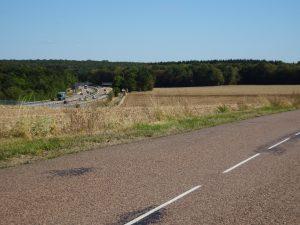 Chablis naar Accolay onderweg, bos en akkers