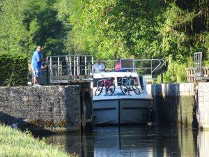 Accolay naar Châtel Censoir kanaal, sluis boot