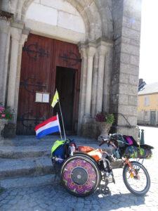 kerk Brassy met rolstoel voor deur