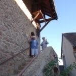 Verovres zusters uitzwaaien op trap bij kapel