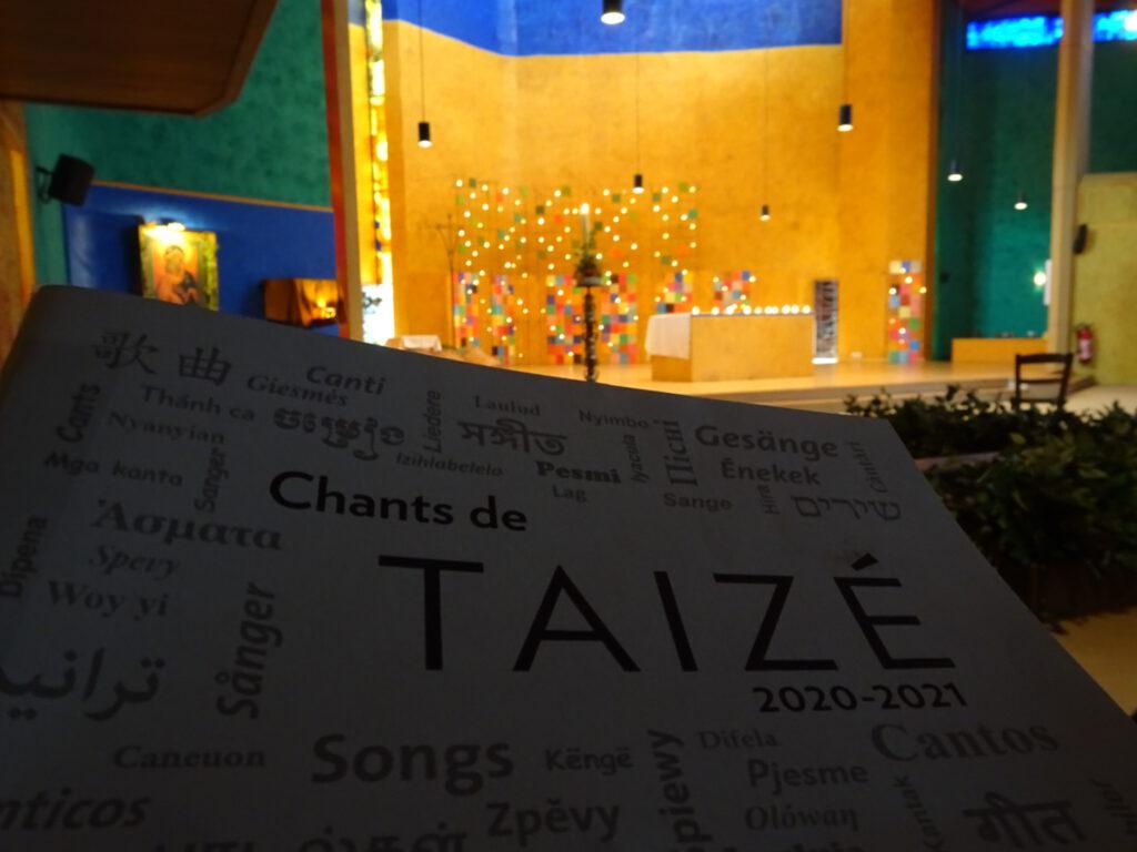 taize kerk met liedboek