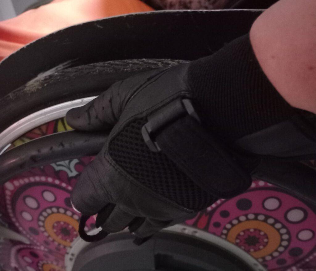 pelgrimage 2021, handschoen zwart leer bij wiel-1